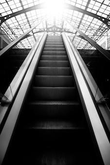 Rolltreppe in einem gebäude