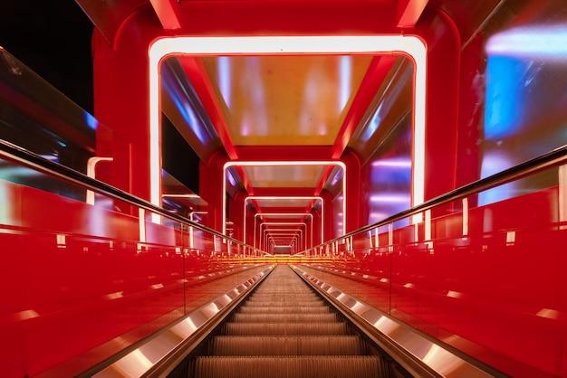 Rolltreppe kreisförmiger durchgang mit rotem licht