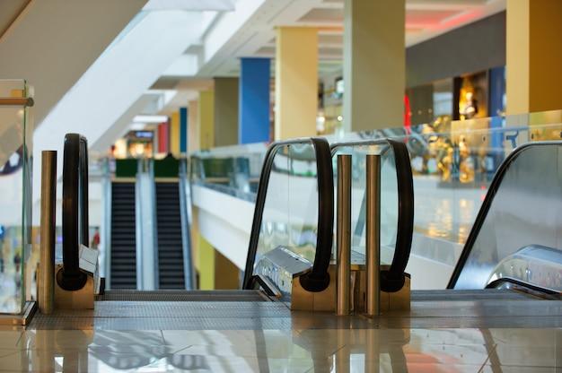 Rolltreppe und leeres modernes einkaufszentrum interieur