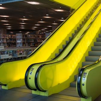 Rolltreppen in der seattle-zentralbibliothek, seattle, staat washington, usa