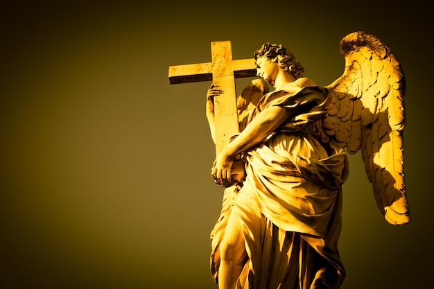 Rom, engelsstatue auf der brücke vor der engelsburg. konzeptionell nützlich für spiritualität, christentum und glauben.