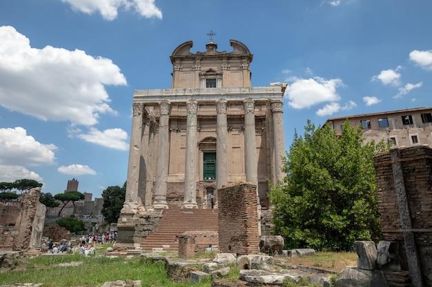 Rom, italien, 20. juni 2018: der tempel des antoninus und der faustina ist ein alter tempel im forum romanum, angepasst als römisch-katholische kirche in rom