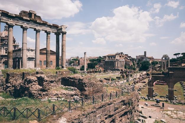 Rom, italien, 20. juni 2018: panoramablick auf das forum romanum, auch bekannt als forum romanum oder foro romano. es ist ein forum, umgeben von ruinen antiker regierungsgebäude im zentrum der stadt rom