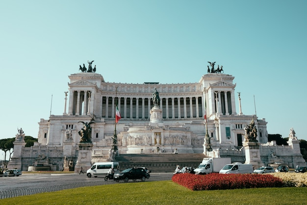 Rom, italien, 20. juni 2018: panoramische vorderansicht des museums vittorio emanuele ii monument auch bekannt als vittoriano oder altare della patria an der piazza venezia in rom. sommertag und blauer himmel