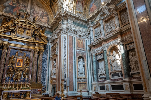 Rom, italien, 21. juni 2018: panoramablick auf das innere der basilica di santa maria maggiore oder der kirche santa maria maggiore. es ist eine päpstliche basilika und größte katholische marienkirche in rom