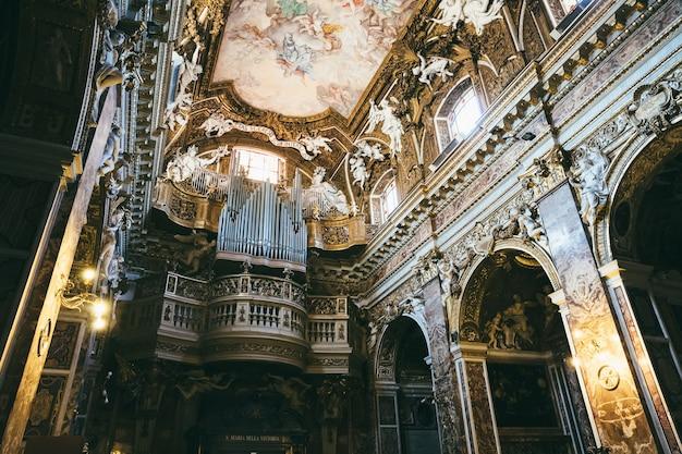 Rom, italien, 21. juni 2018: panoramablick auf das innere von santa maria della vittoria. es ist eine katholische titelkirche, die der jungfrau maria in rom geweiht ist