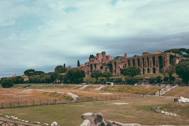 Rom, italien, 23. juni 2018: panoramablick auf den tempel des apollo palatinus auf dem palatin des antiken roms und circus maximus (circo massimo) ist ein antikes römisches rennstadion und massenunterhaltung?