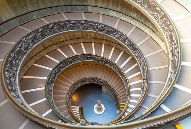 Rom, italien - circa september 2020: die berühmte wendeltreppe mit doppelhelix. vatikanische museen, 1932 von giuseppe momo gebaut
