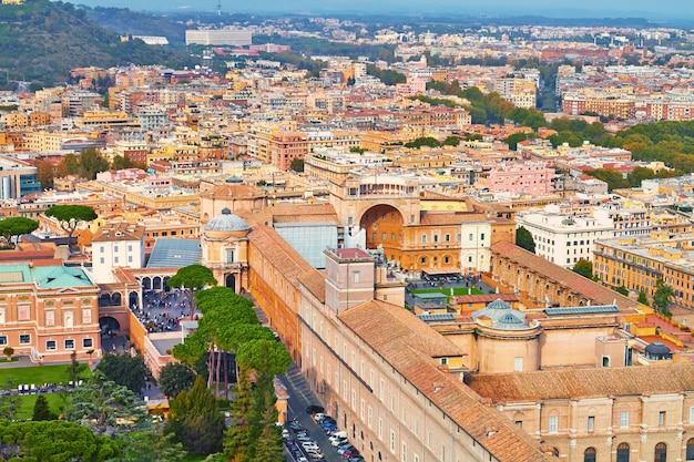 Rom-panoramagebäudeabend, rom-dachspitzenansicht mit alter architektur in italien