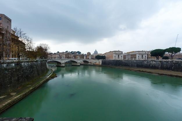 Rom-stadtabend-regenansicht mit tiber, italien.
