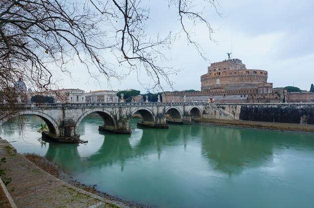 Rom-stadtabend-regenblick (brücke, tiber und mausoleum von hadrian