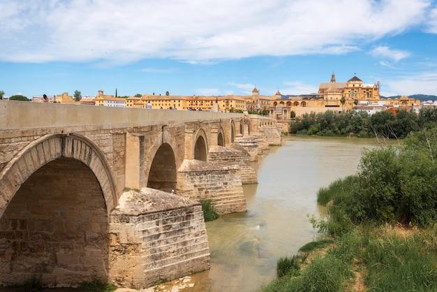 Roman bridge- und guadalquivir-fluss, große moschee, cordoba, spanien.
