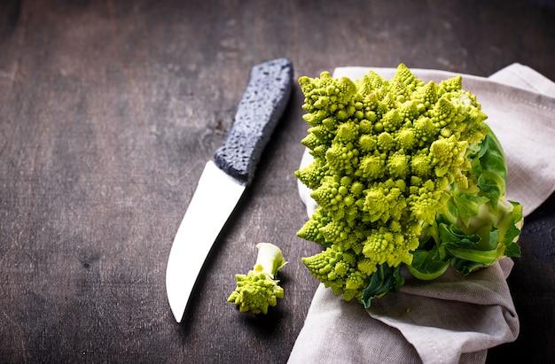 Romanesco-brokkoli auf dunklem hintergrund