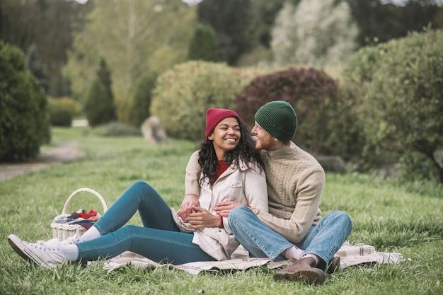 Romantik. ein glückliches paar, das ein familienpicknick im park hat