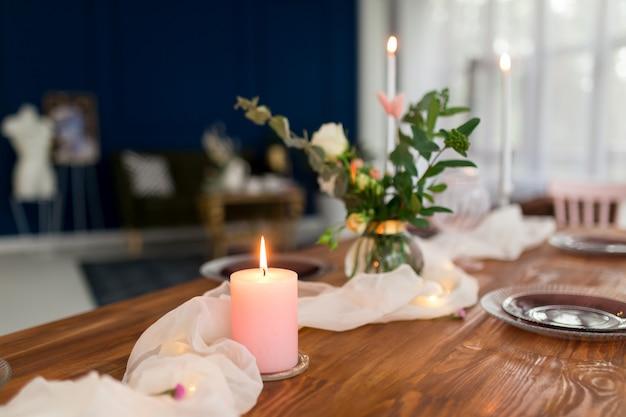 Romantisch dekorierter holztisch mit blumen