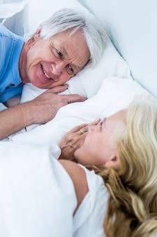 Romantische ältere paare, die auf bett schlafen