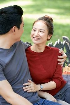 Romantische beziehung im park