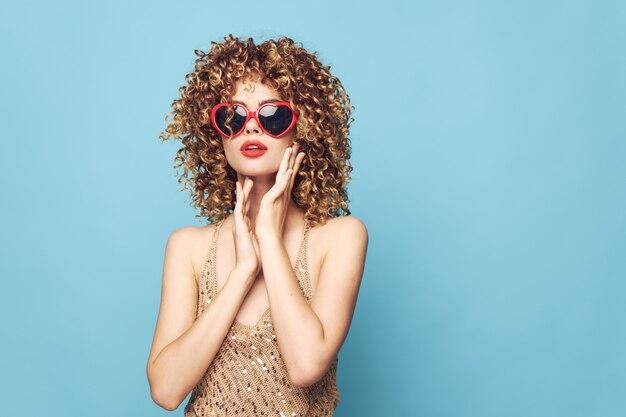 Romantische blonde handgesten auf einer blauen, roten sonnenbrille