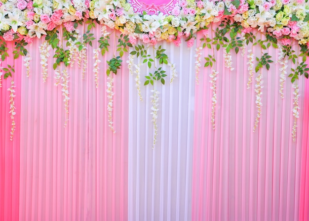 Romantische blume des hintergrundhochzeitshintergrundes und grüne blattdekorationsanlage schöner rosa vorhang