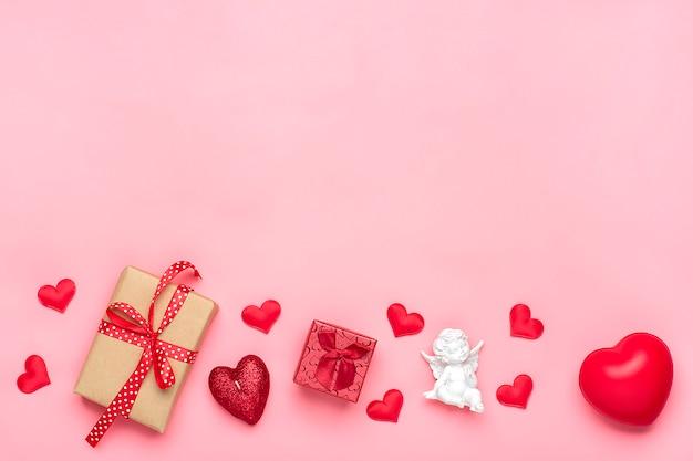 Romantische dekoration auf rosa draufsicht der hintergrundebenen legen glückliches valentinstagkonzept