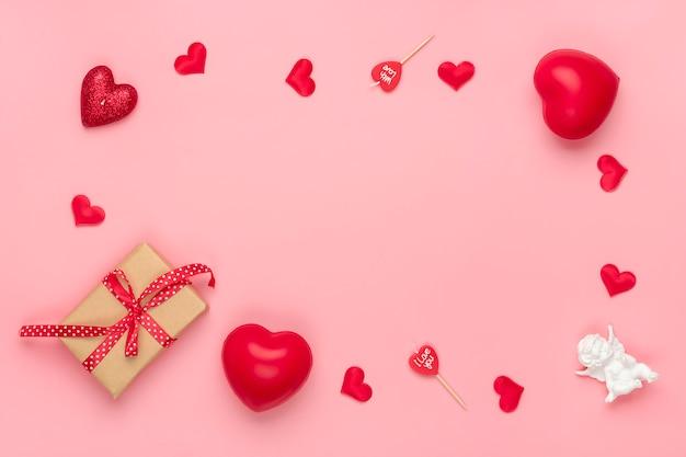 Romantische dekoration auf rosa hintergrund draufsicht flache lage glücklicher valentinstag