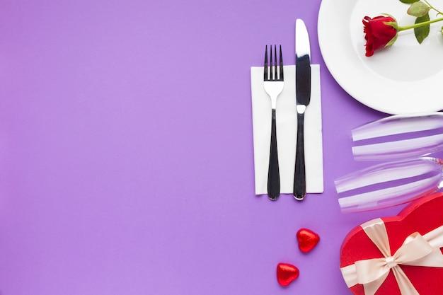 Romantische dekoration der draufsicht auf purpurrotem hintergrund