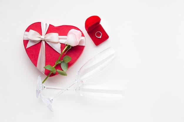 Romantische dekoration mit verlobungsring