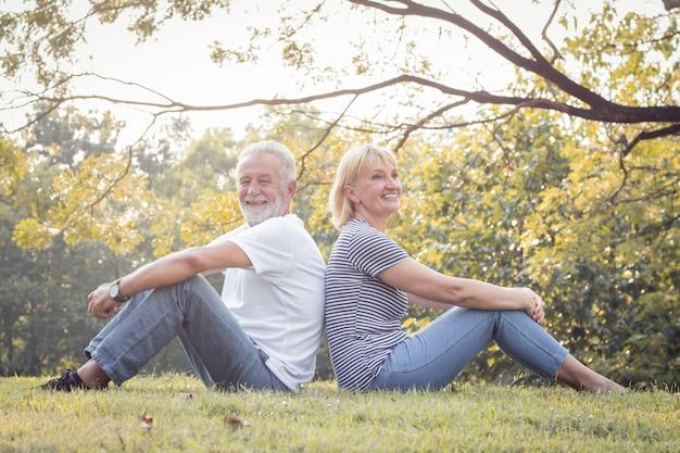 Romantische fällige paare im park im fall.