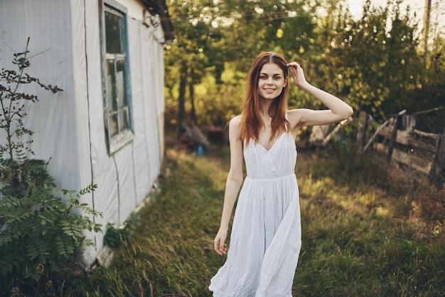 Romantische frau im weißen kleid in der landschaft