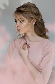 Romantische frau in einem rosafarbenen weinlesekleid