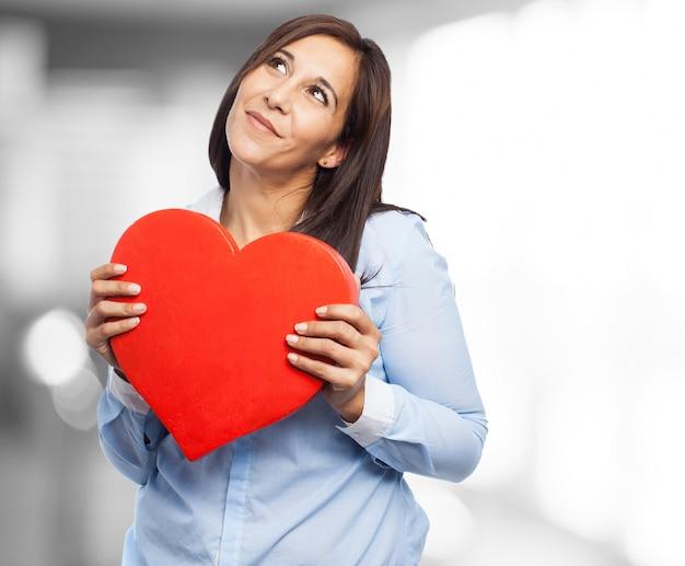 Romantische frau über ihren jahrestag denken