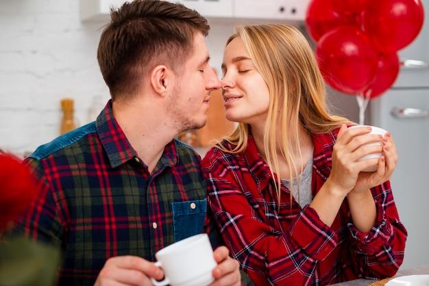 Romantische geste der mittleren schusspaare in der küche