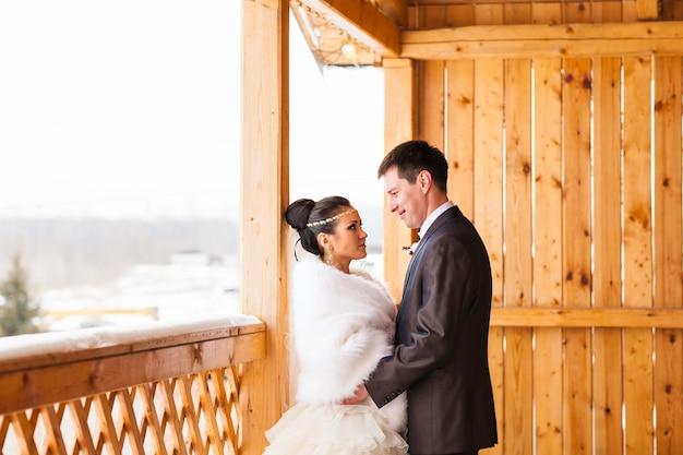 Romantische glückliche braut und bräutigam am winterhochzeitstag