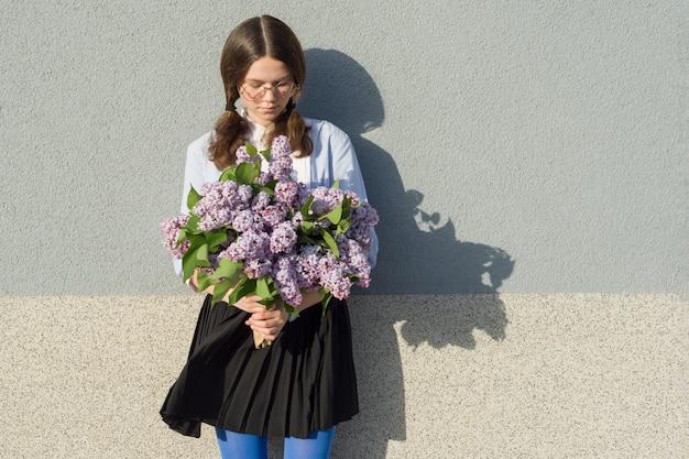 Romantische jugendliche des porträts mit blumenstrauß von fliedern