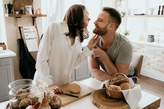 Romantische junge paare, die zusammen in der küche kochen