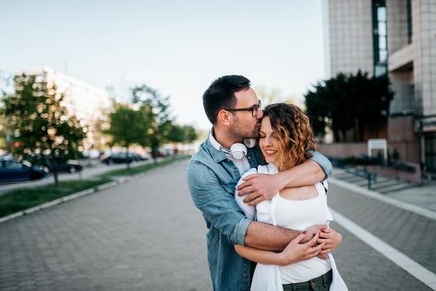 Romantische junge paare in der liebe, umarmend auf der straße.