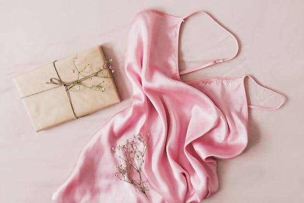 Romantische komposition mit einem geschenk in bastelpapierblumen und seidenstoff