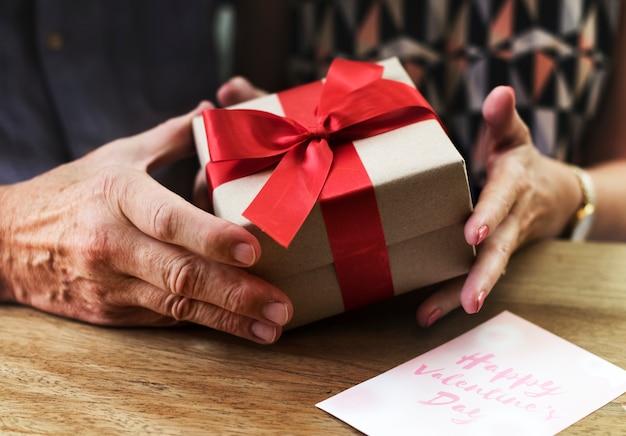 Romantische liebes-valentinsgruß-jahrestags-überraschung