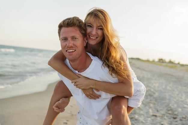 Romantische momente eines glücklichen europäischen verliebten paares, das tropischen urlaub am strand genießt.