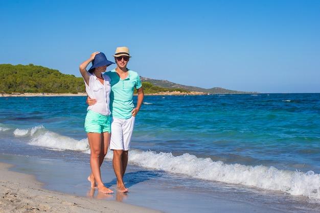 Romantische paare am tropischen strand während der sommerferien