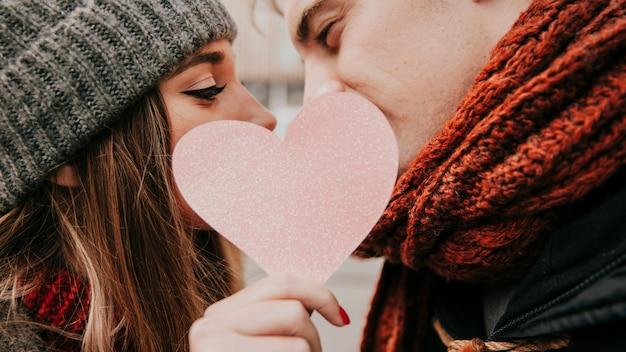 Romantische paare, die auf straße küssen