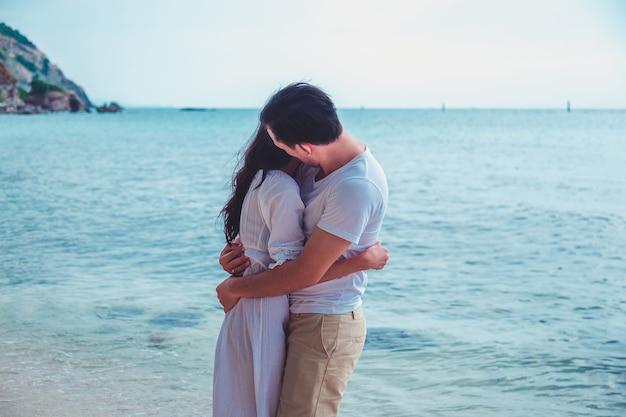 Romantische paare, die spaß am strand haben.