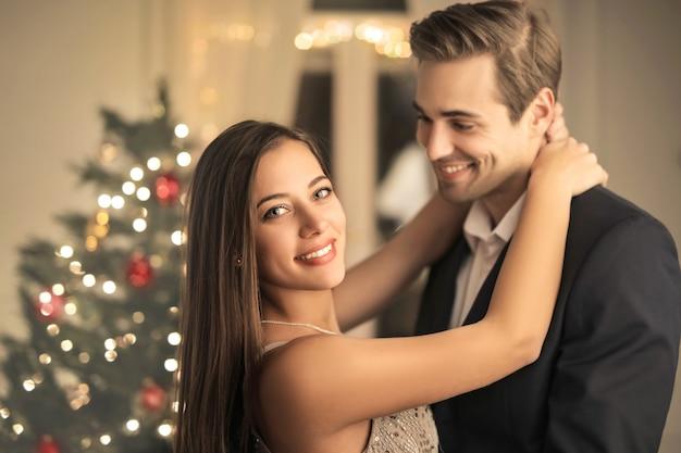 Romantische paare, die zu hause weihnachten feiern