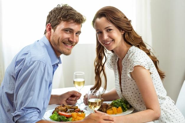 Romantische paare, die zu hause zu mittag essen