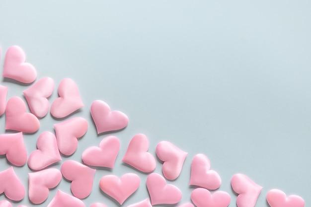 Romantische rosa herzen auf blauem hintergrund, valentinstag-grußkarte.