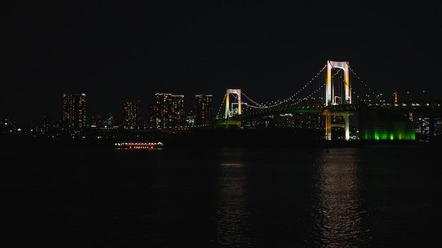 Romantische stadtnachtansicht, regenbogenbrücke und tokyo tower-markstein, odaiba, japan.