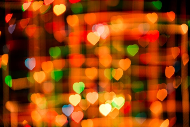 Romantischer abstrakter hintergrund mit mehrfarbigem bokeh in form von herzen