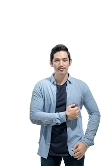Romantischer asiatischer mann mit blauem hemd