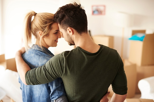 Romantischer blick auf ein paar, das im neuen zuhause jubelt