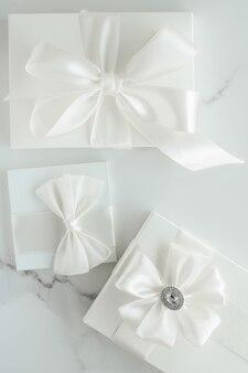Romantischer feierlebensstil und feiertagsgeschenkkonzept luxushochzeitsgeschenke auf marmor